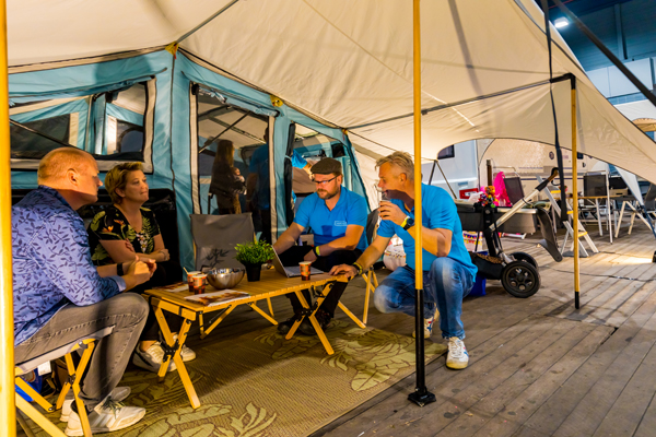 Bezoekers in een tent op de Kampeer & Caravan Jaarbeurs